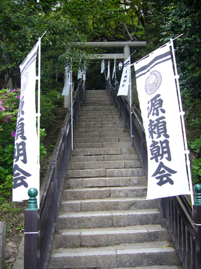 Steps leading to Yoritomo grave
