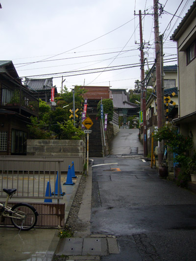 Small lane leading to stairs of Manpukuji Temple